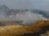 Boj s ohnivým živlem krok za krokem. Hasiči zdolávají požár pole u Horčápska. (29)