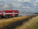 Boj s ohnivým živlem krok za krokem. Hasiči zdolávají požár pole u Horčápska. (30)