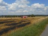 Boj s ohnivým živlem krok za krokem. Hasiči zdolávají požár pole u Horčápska. (16)