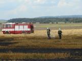 Boj s ohnivým živlem krok za krokem. Hasiči zdolávají požár pole u Horčápska. (2)