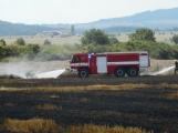 Boj s ohnivým živlem krok za krokem. Hasiči zdolávají požár pole u Horčápska. (3)
