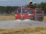 Boj s ohnivým živlem krok za krokem. Hasiči zdolávají požár pole u Horčápska. (7)