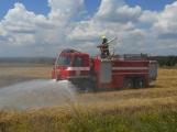 Boj s ohnivým živlem krok za krokem. Hasiči zdolávají požár pole u Horčápska. (8)