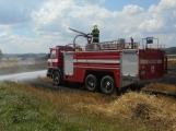 Boj s ohnivým živlem krok za krokem. Hasiči zdolávají požár pole u Horčápska. (9)