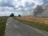 Boj s ohnivým živlem krok za krokem. Hasiči zdolávají požár pole u Horčápska. (12)