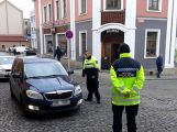 Nákladní vůz v Dlouhé naboural do zaparkovaného vozu, ulice je neprůjezdná (5)