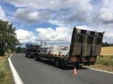Ke střetu nákladního auta a dvou osobních došlo u obce Počaply ()