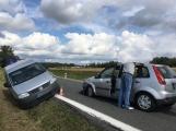Ke střetu nákladního auta a dvou osobních došlo u obce Počaply (8)