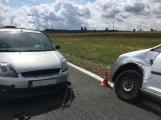 Ke střetu nákladního auta a dvou osobních došlo u obce Počaply (6)