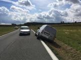 Ke střetu nákladního auta a dvou osobních došlo u obce Počaply (4)