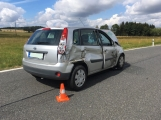 Ke střetu nákladního auta a dvou osobních došlo u obce Počaply (1)