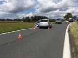Ke střetu nákladního auta a dvou osobních došlo u obce Počaply (9)