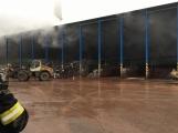 AKTUÁLNĚ: V příbramských Kovohutích hoří, na místě zasahuje několik hasičských jednotek (25)