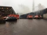 AKTUÁLNĚ: V příbramských Kovohutích hoří, na místě zasahuje několik hasičských jednotek (29)