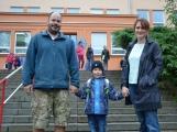 Prvňáčky provázel na cestě do školy ranní déšť ()