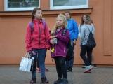 Prvňáčky provázel na cestě do školy ranní déšť (14)