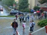 Prvňáčky provázel na cestě do školy ranní déšť (25)