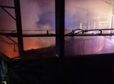 AKTUÁLNĚ: V příbramských Kovohutích hoří, na místě zasahuje několik hasičských jednotek (18)