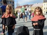 Pražskou ulicí rachotila kola povozů. Kejklíři i hudebníci potěšili přihlížející (64)