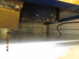 Znečištěná podlaha a úložný regál ve skladu potravin (1)