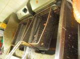 Znečištěné fritovací zařízení v kuchyni (2)