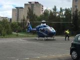 Vrtulník odlétá se žákem ZŠ Školní, zraněném při pádu z výšky (5)