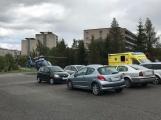 Vrtulník odlétá se žákem ZŠ Školní, zraněném při pádu z výšky (6)