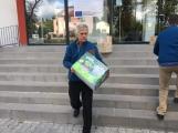 Oblečení, které jste věnovali dětským pacientům, bylo předáno Nemocnici Hořovice. (1)