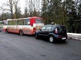 Autobus v Šachetní se srazil s osobním vozem ()