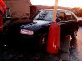 Řidič nezvládl svůj vůz a naboural do plotu (3)