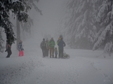 Zimní Brdy uvítaly účastníky pochodu pořádnou sněhovou nadílkou (56)