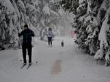 Zimní Brdy uvítaly účastníky pochodu pořádnou sněhovou nadílkou (60)