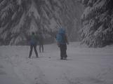 Zimní Brdy uvítaly účastníky pochodu pořádnou sněhovou nadílkou (90)