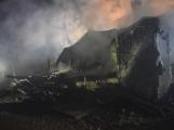 Na Živohošti byla požárem zasažena celá chata ()