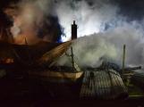 Na Živohošti byla požárem zasažena celá chata (7)