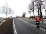 Aktuálně: Kamion převážející osobní vozy skončil na boku v příkopu ()