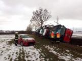 Aktuálně: Kamion převážející osobní vozy skončil na boku v příkopu (1)