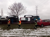 Aktuálně: Kamion převážející osobní vozy skončil na boku v příkopu (2)