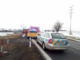 Aktuálně: Kamion převážející osobní vozy skončil na boku v příkopu (3)