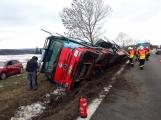 Aktuálně: Kamion převážející osobní vozy skončil na boku v příkopu (5)
