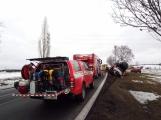 Aktuálně: Kamion převážející osobní vozy skončil na boku v příkopu (6)