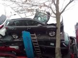Aktuálně: Kamion převážející osobní vozy skončil na boku v příkopu (7)
