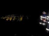 Pád stromu přes silnici si vyžádal noční výjezd hasičů (12)