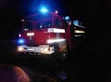 Pád stromu přes silnici si vyžádal noční výjezd hasičů (9)