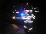 Pád stromu přes silnici si vyžádal noční výjezd hasičů (7)