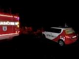 Pád stromu přes silnici si vyžádal noční výjezd hasičů (5)