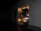 Pád stromu přes silnici si vyžádal noční výjezd hasičů (2)