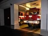 Pád stromu přes silnici si vyžádal noční výjezd hasičů (1)