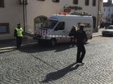 Video: Za pomoci těžké techniky vyprostili havarovaný vůz v Sedlčanech, policisté pátrají po svědcích nehody ()
