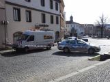 Video: Za pomoci těžké techniky vyprostili havarovaný vůz v Sedlčanech, policisté pátrají po svědcích nehody (1)
